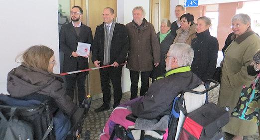 """kurz vor der feierlichen Eröffnung der ersten """"Toilette für alle"""" in Baden-Württemberg in Waldkirch. Oberbürgermeister Roman Götzmann hat die Schere bereits in der Hand, um das Absperrband zu durchtrennen."""
