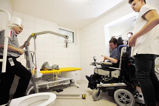 """eine besondere Premiere: Peter Maier rollt mit seinem Elektro-Rollstuhl die neue """"Toilette für alle"""""""