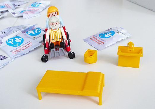 Barrierefreie Sanitärausstattung im Maßstab 1 : 25 aus dem 3-D-Drucker: Rollstuhl-WC, Waschbecken und Patientenliege für Erwachsene. Die wesentlichen Bestandteile des studentischen Projekts WC4all an der Hochschule Aalen