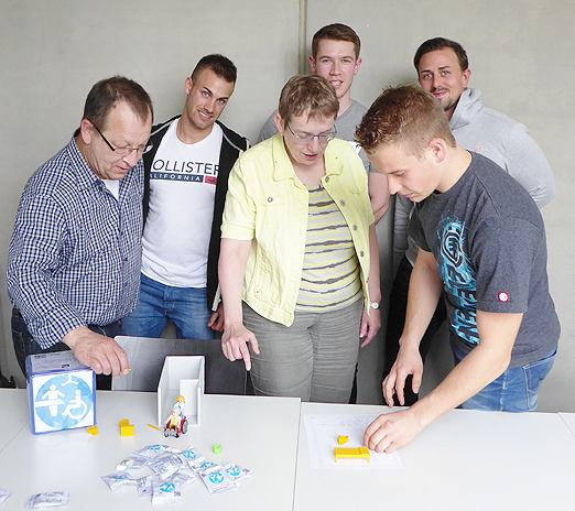 Die angehenden Wirtschaftsingenieure und Mitglieder des Projektteams WC4all (Philipp Ballmann, Erik Hummel, Patrick Ohnhäuser und Lukas Weber) präsentieren gemeinsam mit Coach Rolf Ulsamer (Hochschule Aalen) LVKM-Geschäftsführerin Jutta Pagel-Steidl die Ergebnisse WC4all.